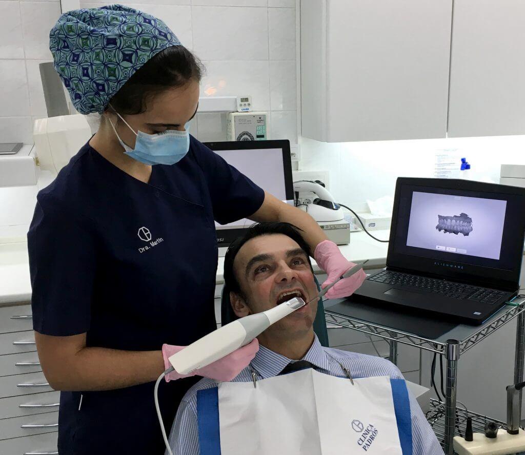 La Dra. Jennifer Martín utilizando el nuevo escáner intraoral Trios de 3shape