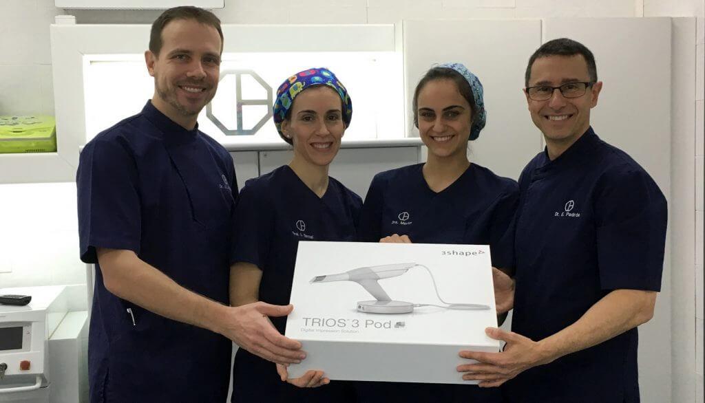 El equipo de Clínica Padrós muestra orgulloso su nueva incorporación tecnológica, el nuevo escáner intraoral Trios de 3shape