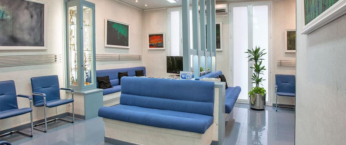 Fotografía de la comfortable sala de espera en nuestra Clínica Dental Padrós - Dentista en Barcelona
