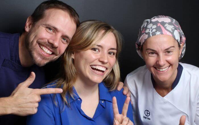 Después del tratamiento de carillas dentales de composite junto al equipo médico