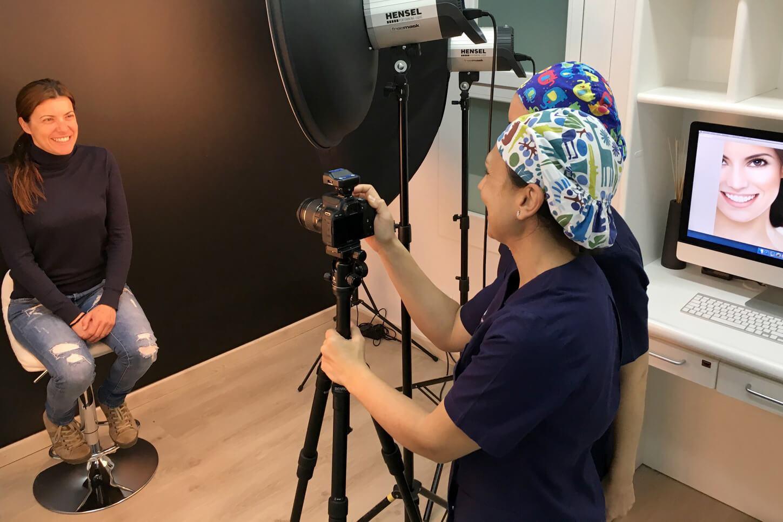 En la Clínica Dental Padrós en Barcelona contamos con un estudio de fotografía para los estudios de estética dental